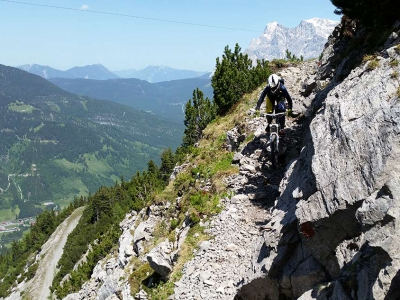 Janina-Lermer-Biken-Enduro-Downhill-Lermoos