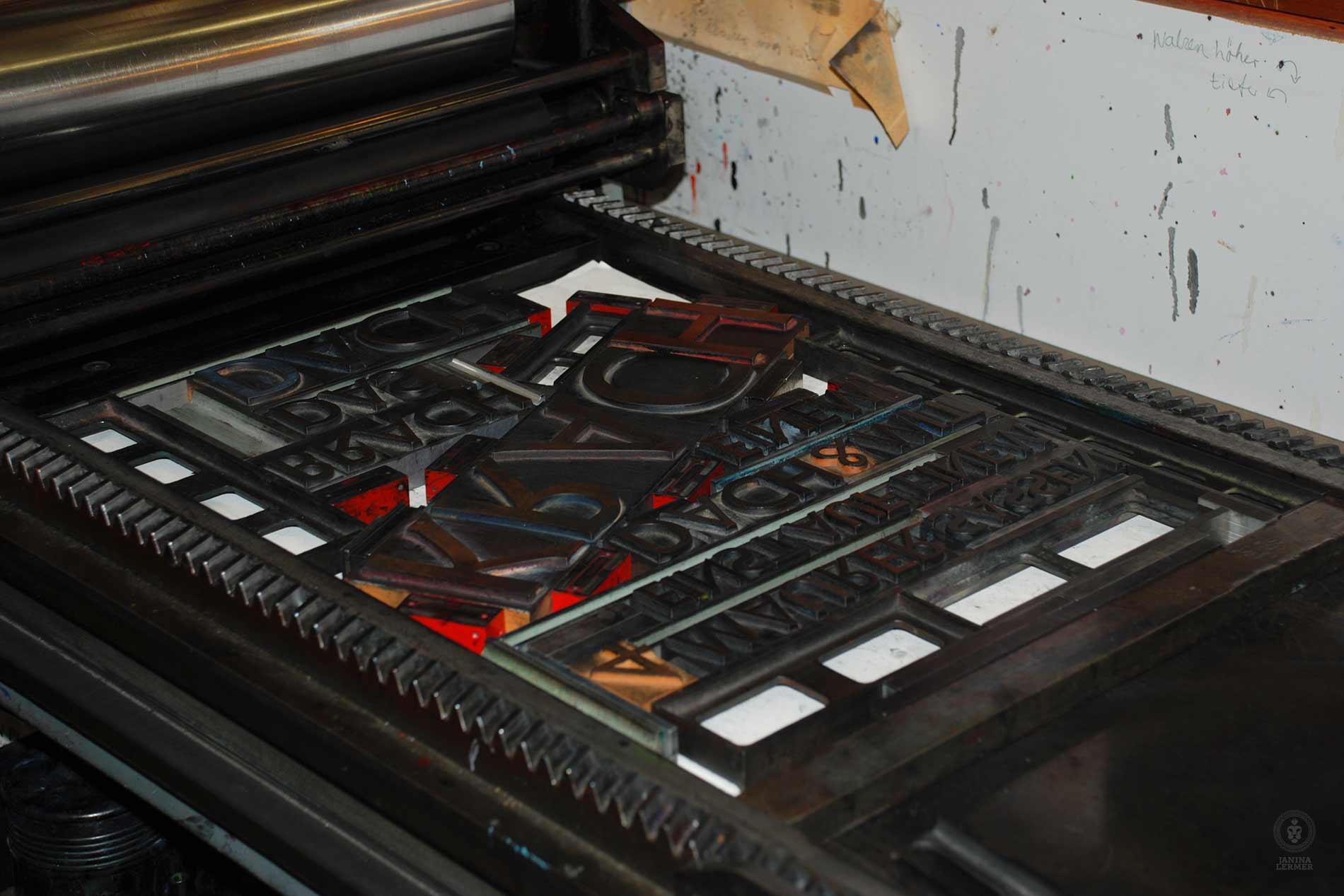 Janina-Lermer-Buchgestaltung-Magazingestaltung-Editorialdesign-Bleisatz-Metaltype-printing-machine-Werkstatt-Fliegenkopf_01